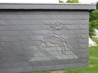 Hirsch auf Dachkacheln